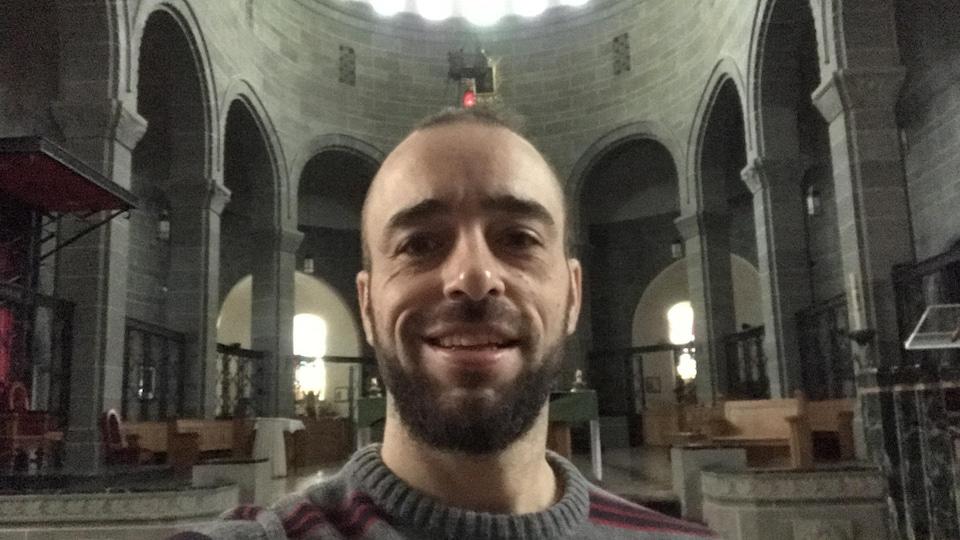 Un homme est photographié dans la cathédrale.