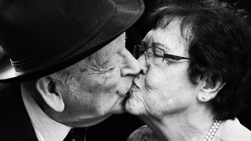 Roland Breton embrasse une femme.