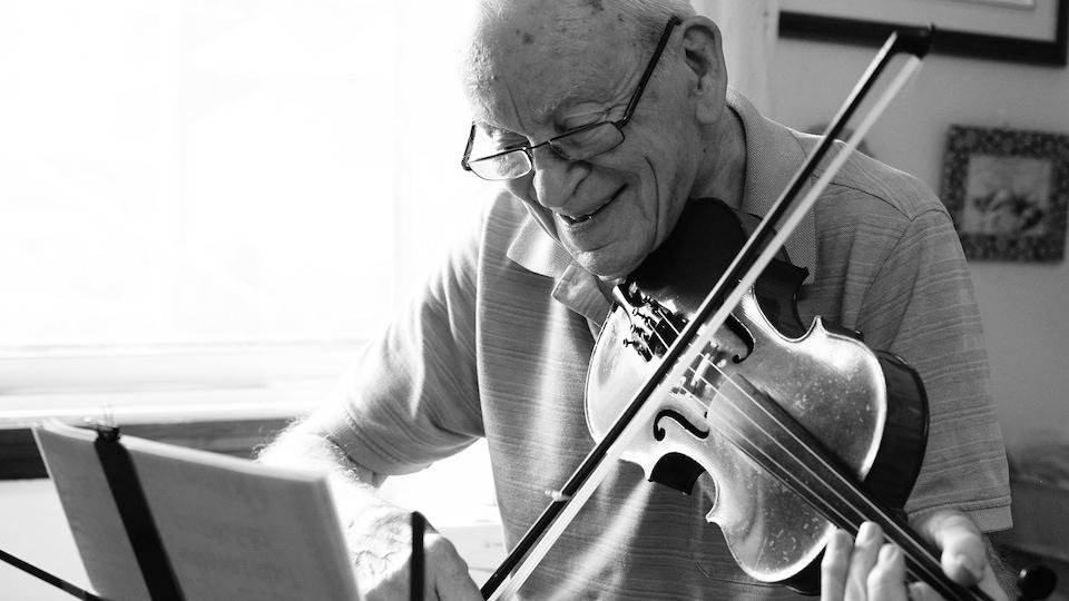 Roland Breton s'exerce au violon.