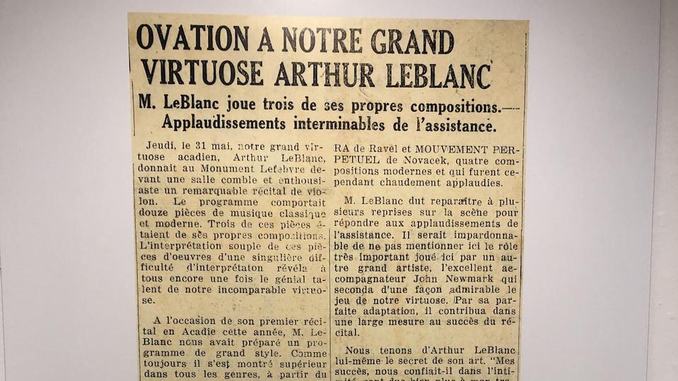 Un article de journal avec comme titre «Ovation à notre grand virtuose Artur LeBlanc.