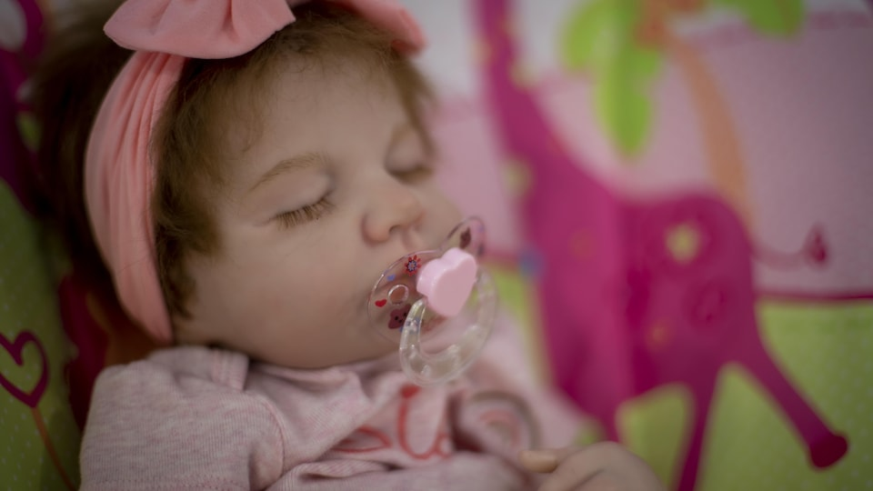 Une poupée aux allures de véritable bébé.