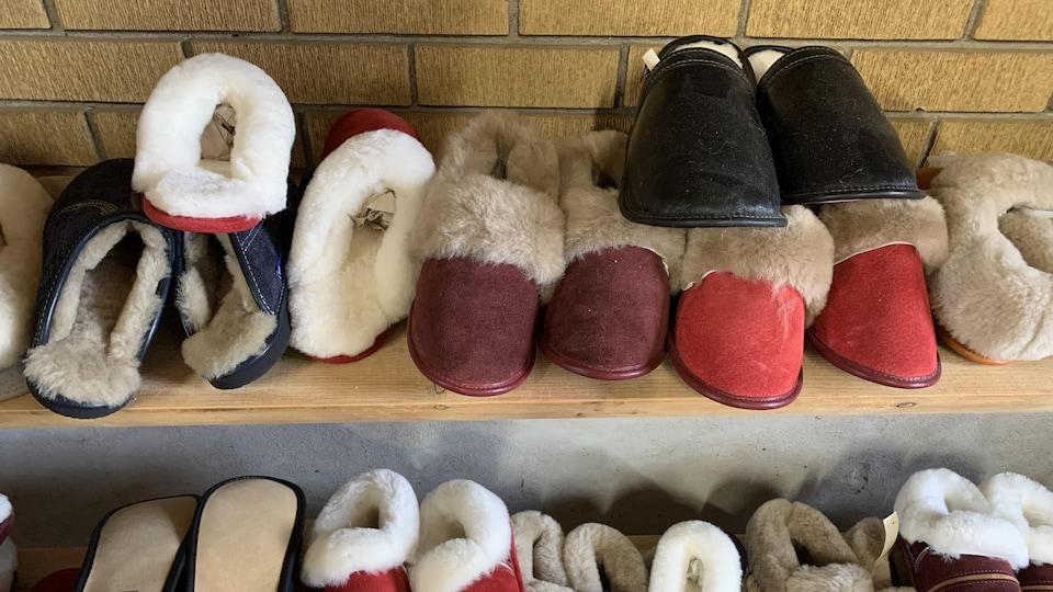 Ben Lalen vend d'abord et avant tout des produits faits à partir de la fourrure ou de la laine d'animaux, comme ces pantoufles en mouton.