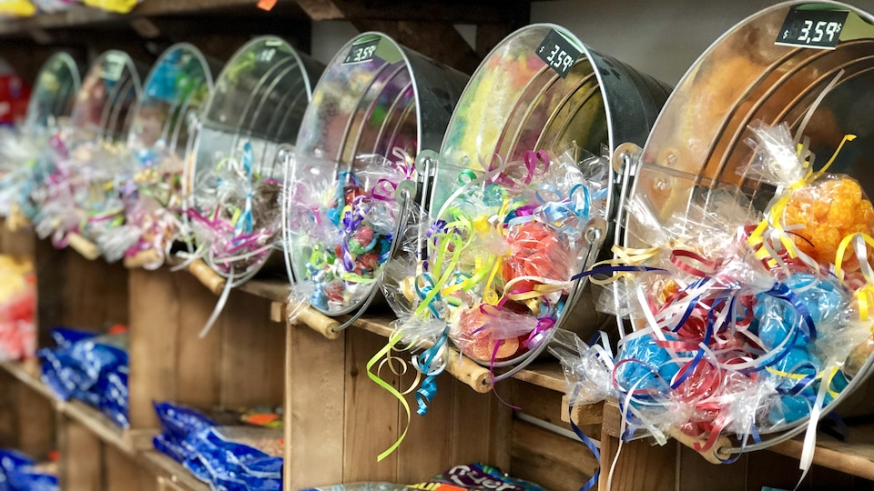 Des corbeilles remplies de sacs de bonbons.