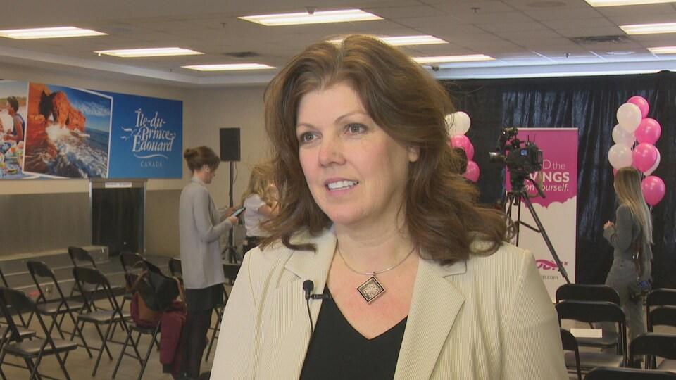 Brenda Gallant est à l'aéroport de Charlottetown. Elle regarde la caméra.