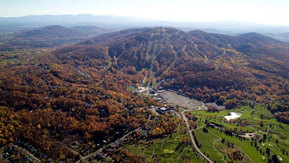 Le mont Brome en automne.