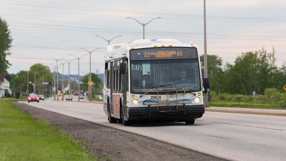 Un autobus de la STS roule en direction du terminus de Chicoutimi