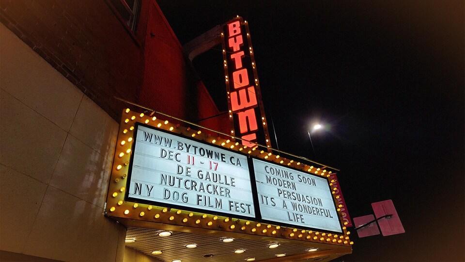 L'enseigne illuminée du cinéma Bytowne à Ottawa durant la nuit.