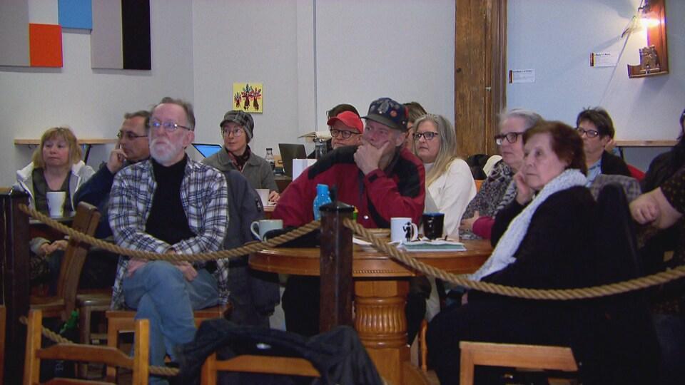 Différents représentants d'organismes de l'Estrie assistent au dévoilement du budget.
