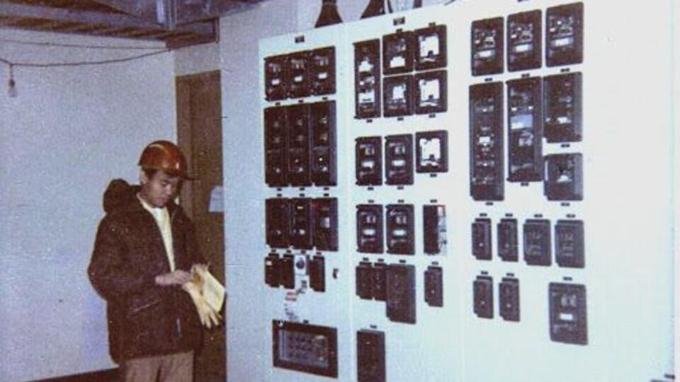 Clem Tigley travaille en tant qu'ingénieur électrique.