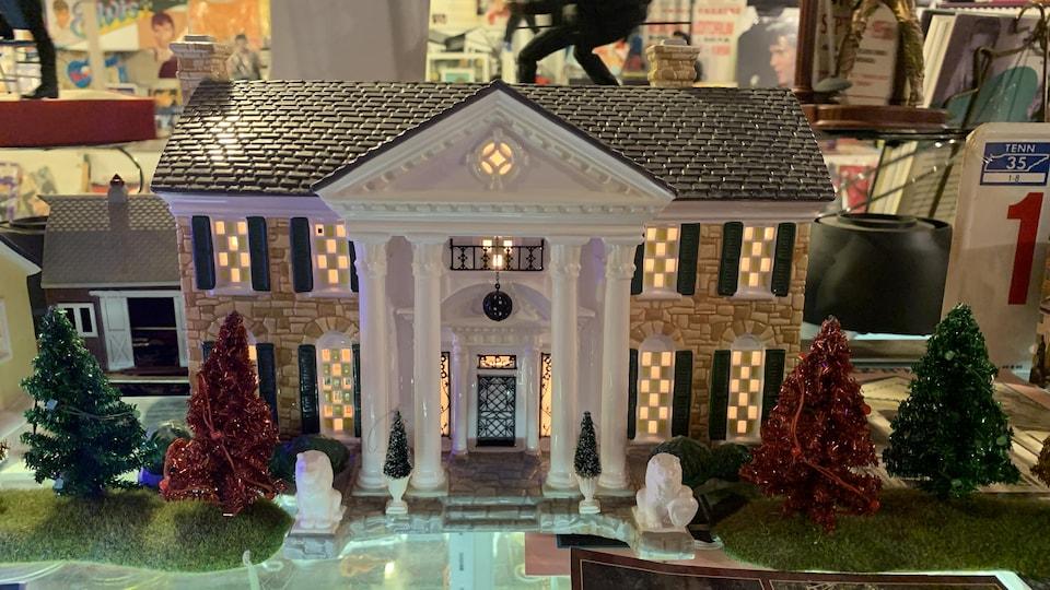 La collection d'objets du King d'Elvis Lajoie comprend plusieurs modèles réduits de Graceland.
