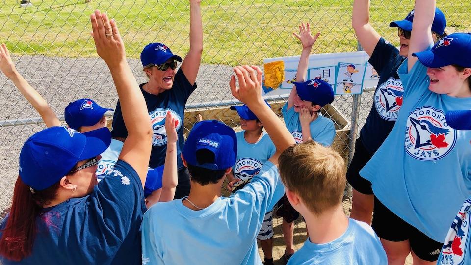 Les jeunes font leur cri d'équipe.