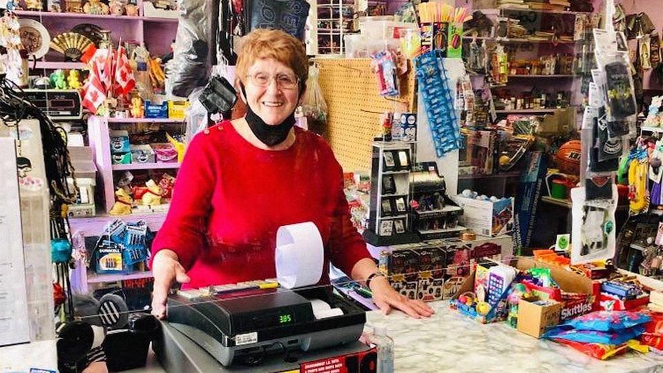 Louise Lemieux, souriante, derrière le comptoir du dépanneur Lemieux à Rockland.