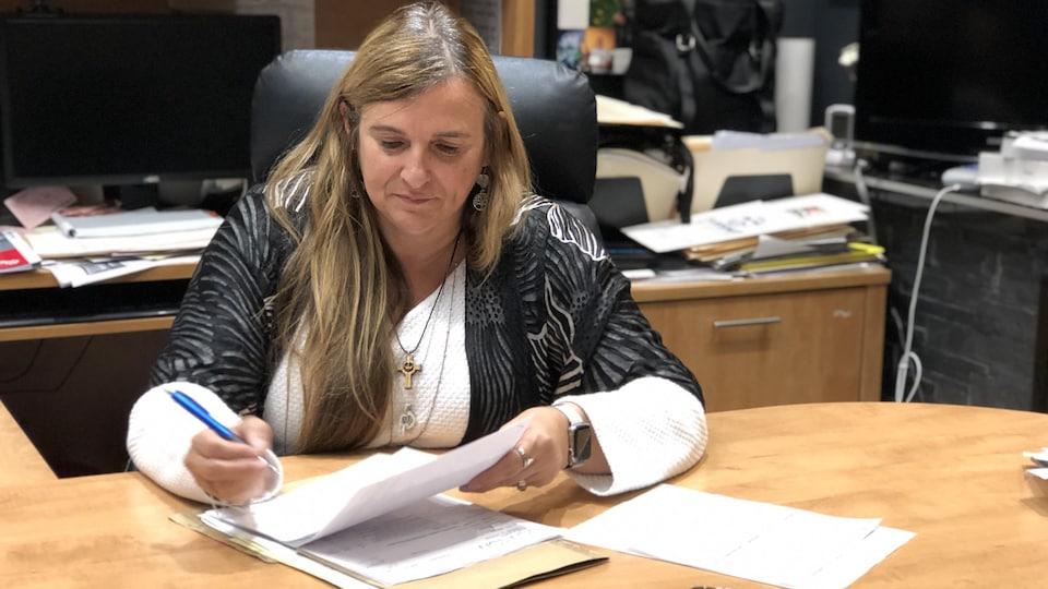 France Lavoie assise à un bureau