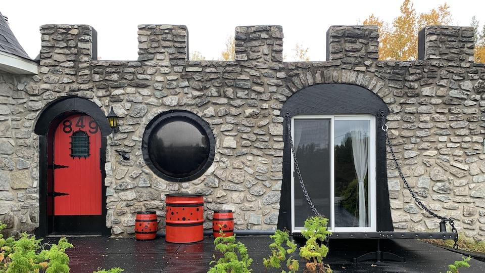 Le donjon de la maison-château, à La Bostonnais, a déjà abrité une piscine creusée avant d'être transformé en bar.