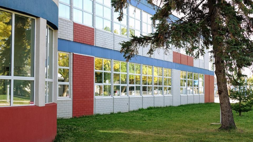 Large rangée de fenêtres sur le côté de l'école par une belle journée d'automne.