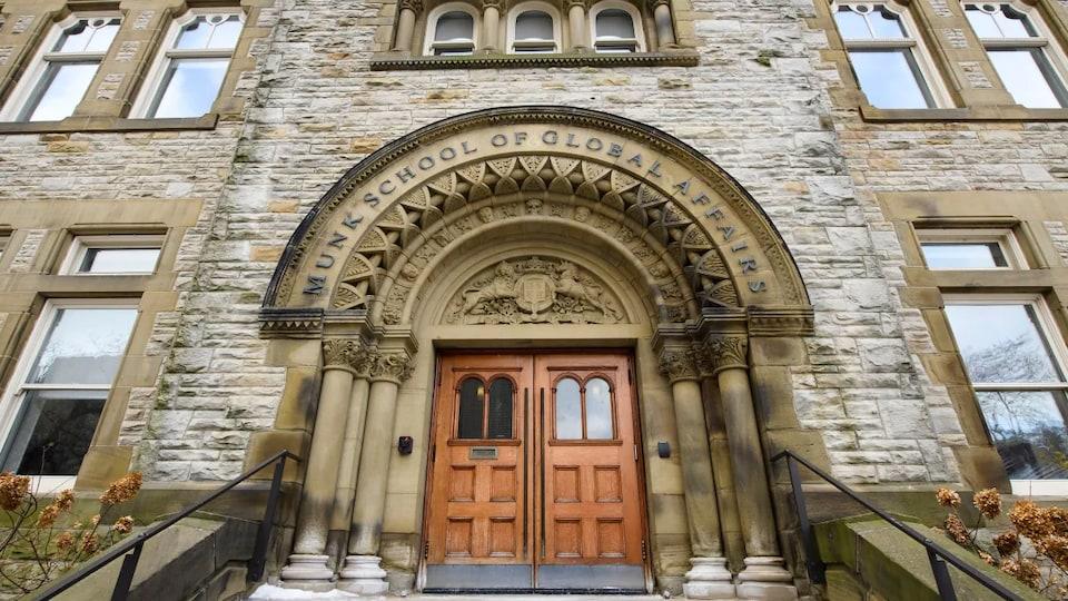 L'entrée de l'école Munk, à l'Université de Toronto.