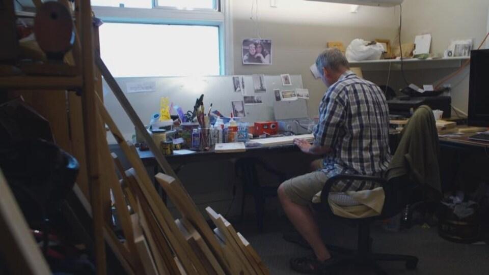 L'artiste franco-manitobain Edmond Dufort dans son atelier de pyrographie