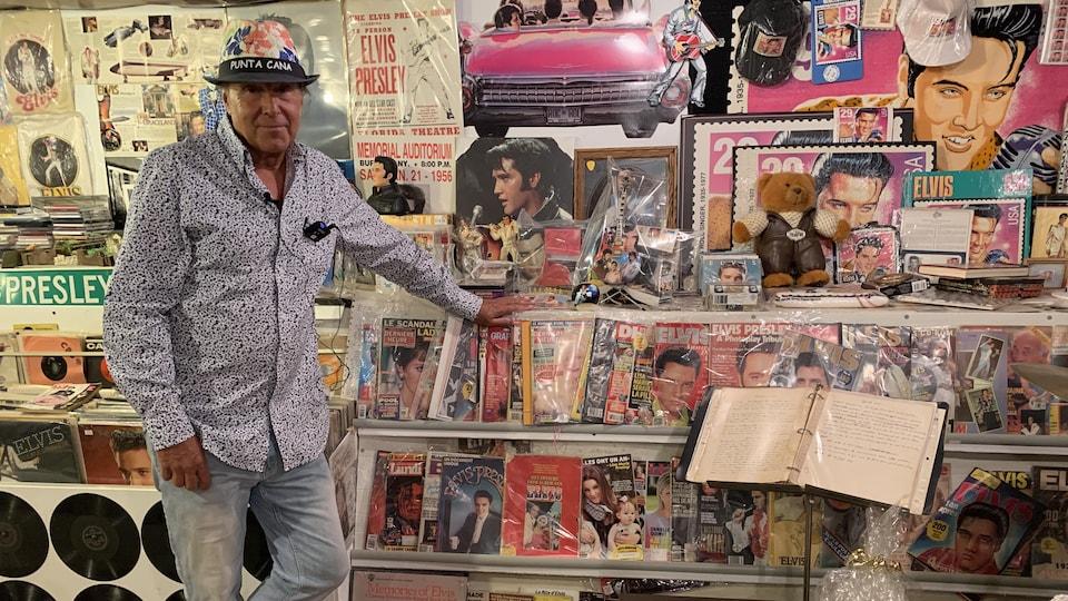 Dans son sous-sol, Elvis Lajoie conserve tous les objets qui lui rappellent son idole, Elvis Presley.