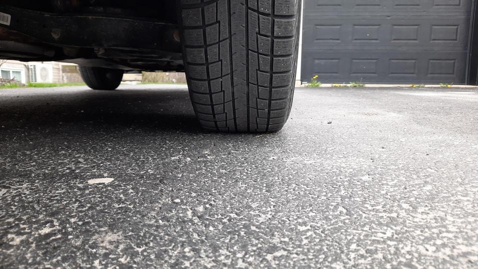 Une entrée de résidence avec les pneus d'une voiture