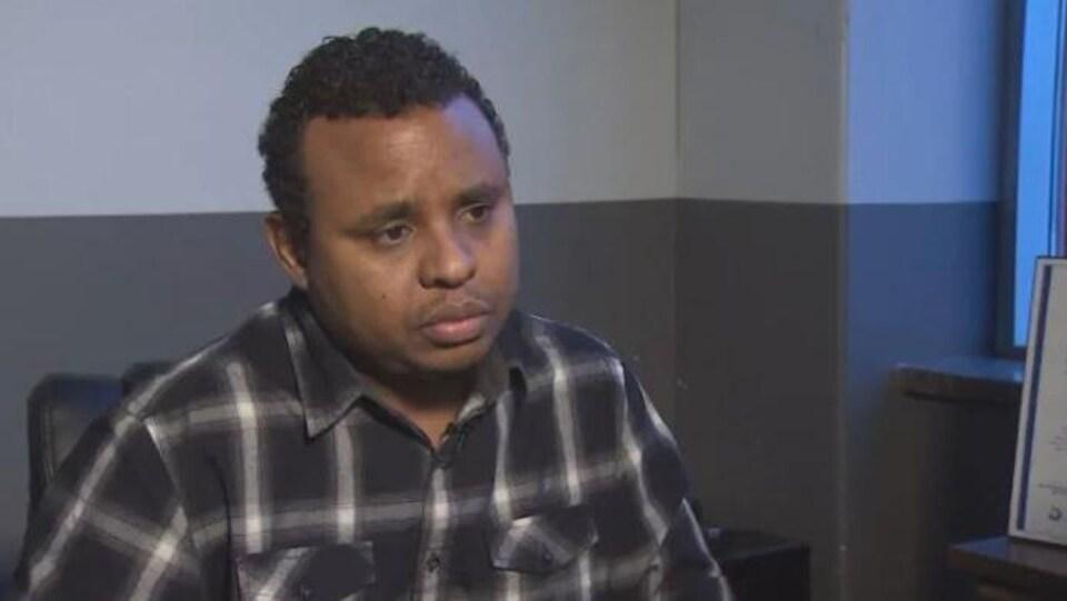 Le frère et l'oncle de deux victimes, Mohamed Ali, en entrevue avec CBC.