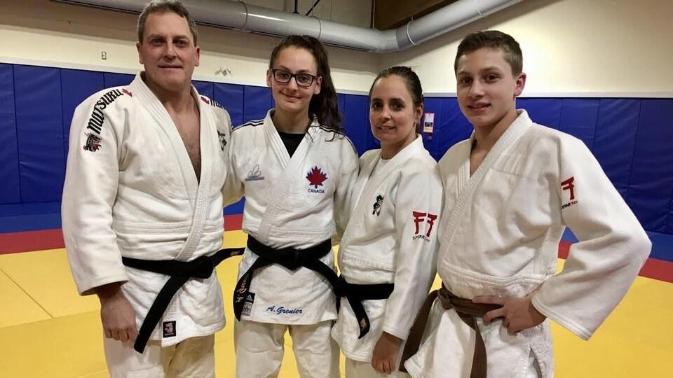 Portrait de famille en habits de judo.