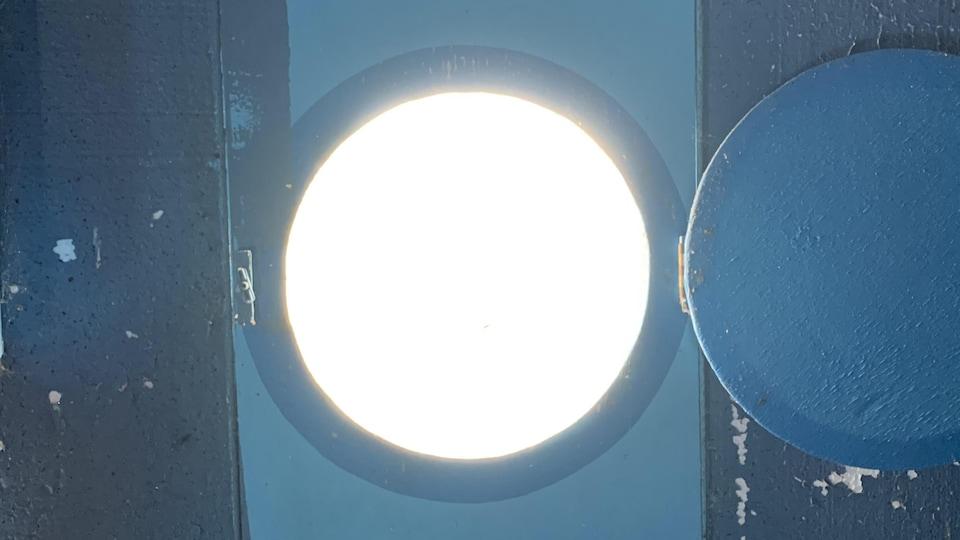 Les yeux du hibou servent de fenêtres, par lesquelles on peut observer le ciel avec des télescopes.