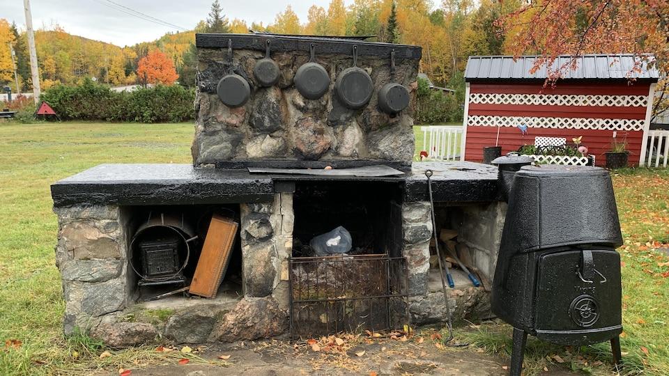 Même le foyer extérieur de Nicole Larouche a un air médiéval.