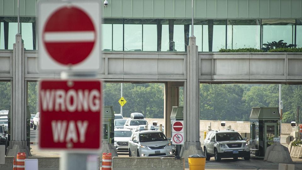 Des voitures traversent un poste frontalier.