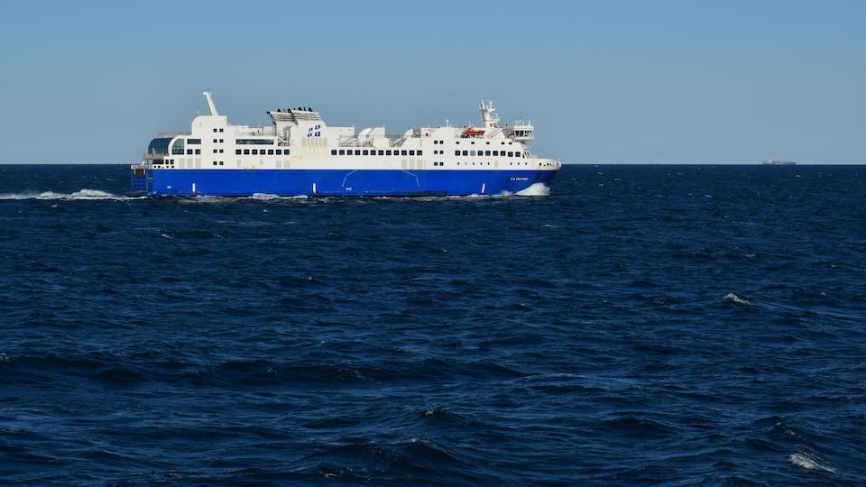 Le bateau F.-A-Gauthier au large de Matane