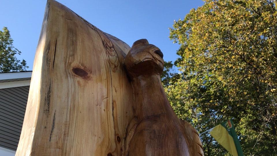Une sculpture représentant la tête d'un paon.