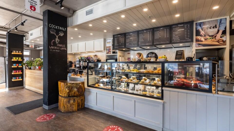 L'intérieur d'un commerce décontracté de Good Earth Coffeehouse.