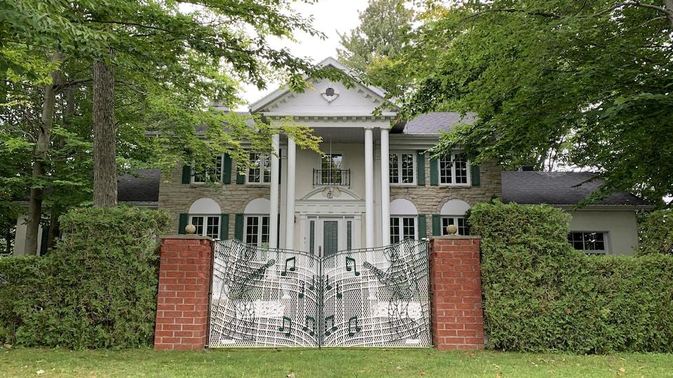 La somptueuse demeure d'Elvis Lajoie, surnommée Graceland 2, dans le secteur Pointe-du-Lac, à Trois-Rivières.