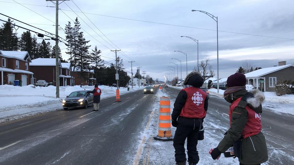 Trois artisans de Radio-Canada Bas-Saint-Laurent sont sur le boulevard Saint-Germain à Rimouski pour faire la collecte de don dans le cadre de la Grande guignolée des médias.