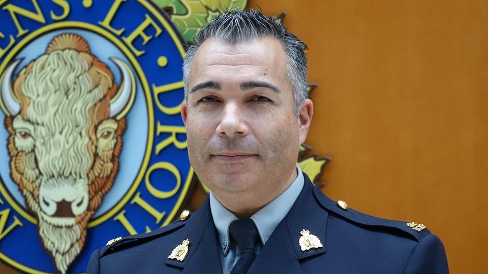 Portrait plan épaule d'un sergent en habits officiels. Un homme aux cheveux clairsemés.