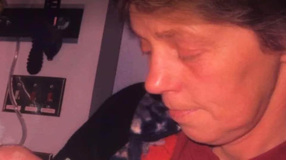 Helen Naslund sur une photo non datée avec un se ses petit-fils nouveau-né à l'hôpital.