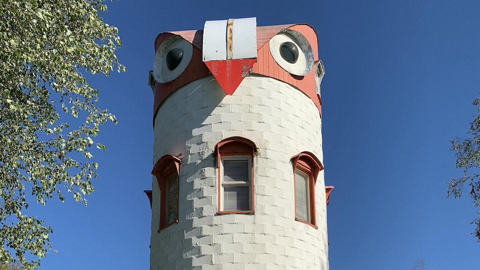 L'observatoire du ciel en forme de hibou est situé sur la route 153, à Saint-Tite.