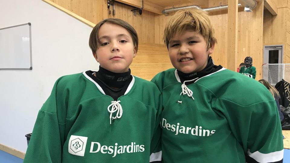 Des joueurs de hockey autochtones