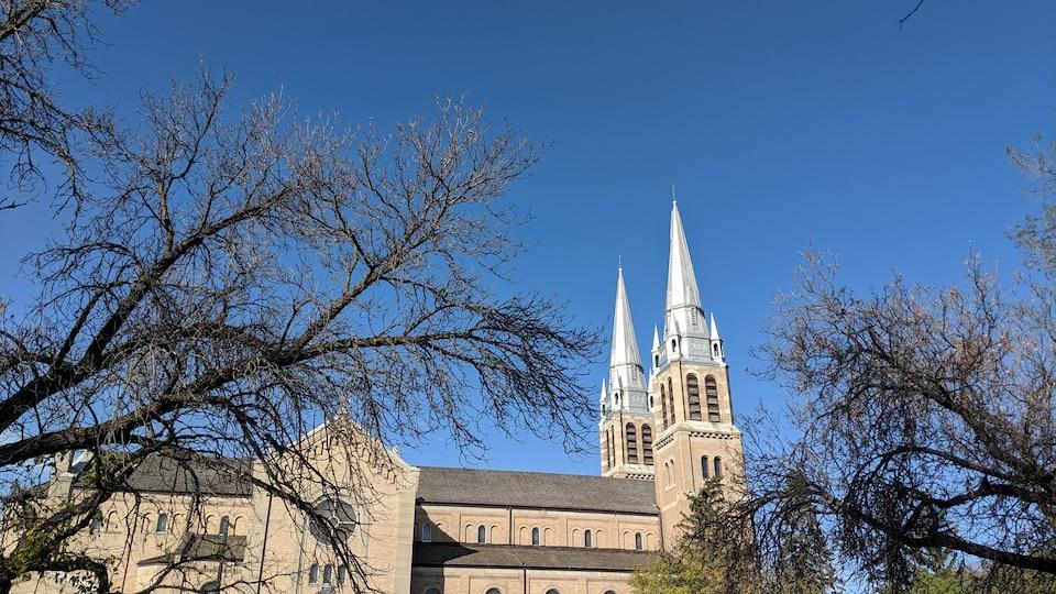 La cathédrale Holy Rosary à Regina, vue de côté.