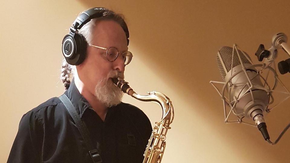 Un homme en train de jouer du saxophone.