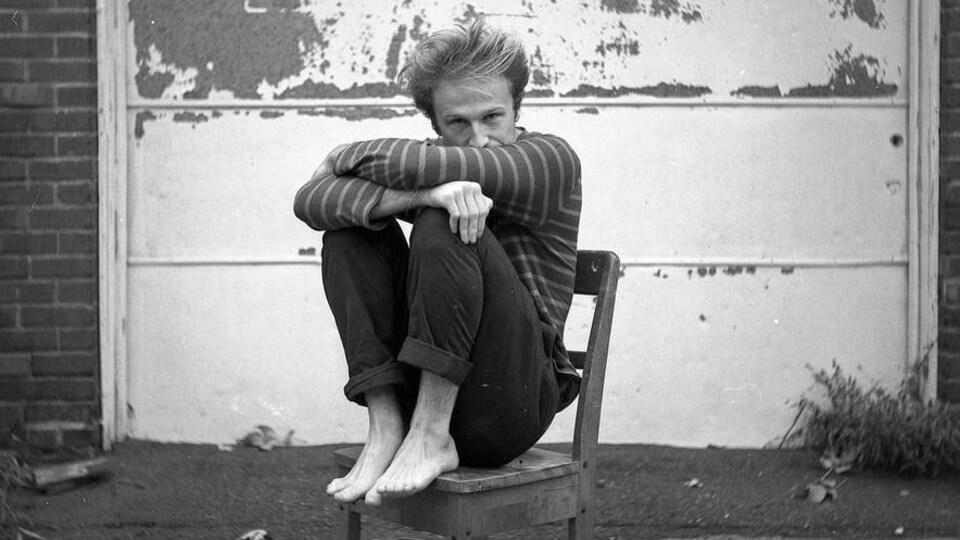 Jeremy Lachance assis sur une chaise.