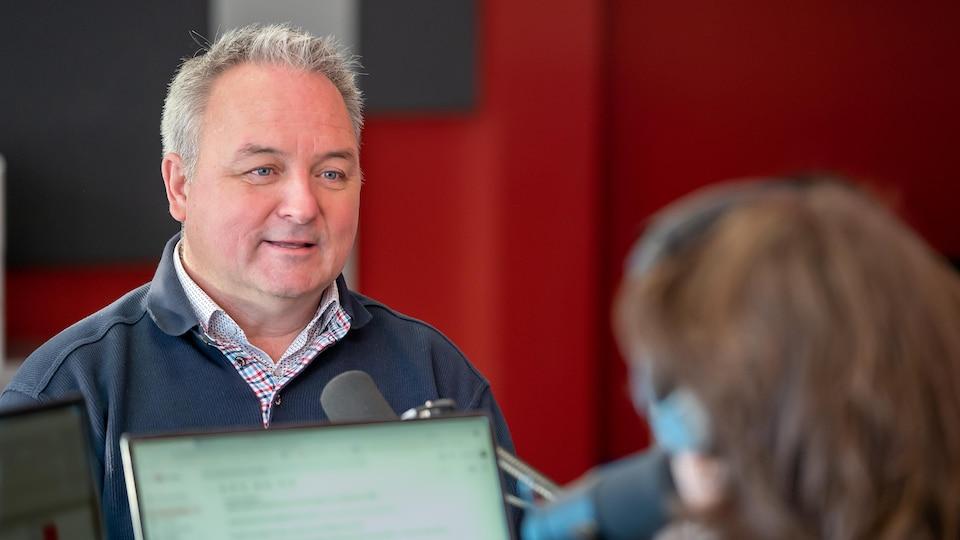 Le maire de Matane, Jérôme Landry en entrevue au studio de Radio-Canada-Gaspésie-les-Iles-de-la-Madeleine.