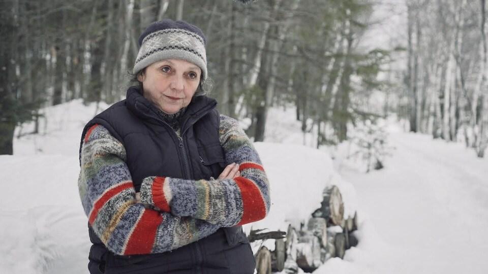 Joanne Laframboise assise dans un boisé.