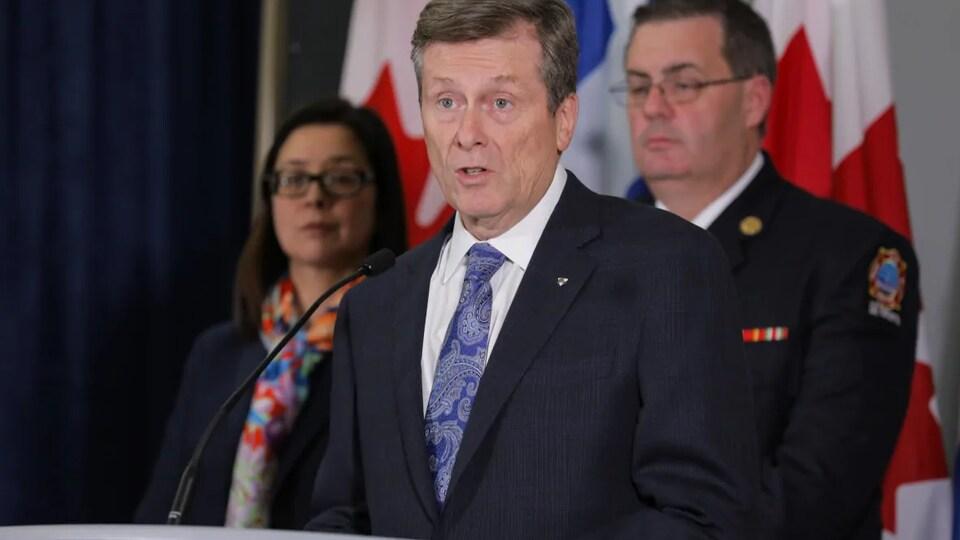 Le maire de Toronto, John Tory, parle devant un micro