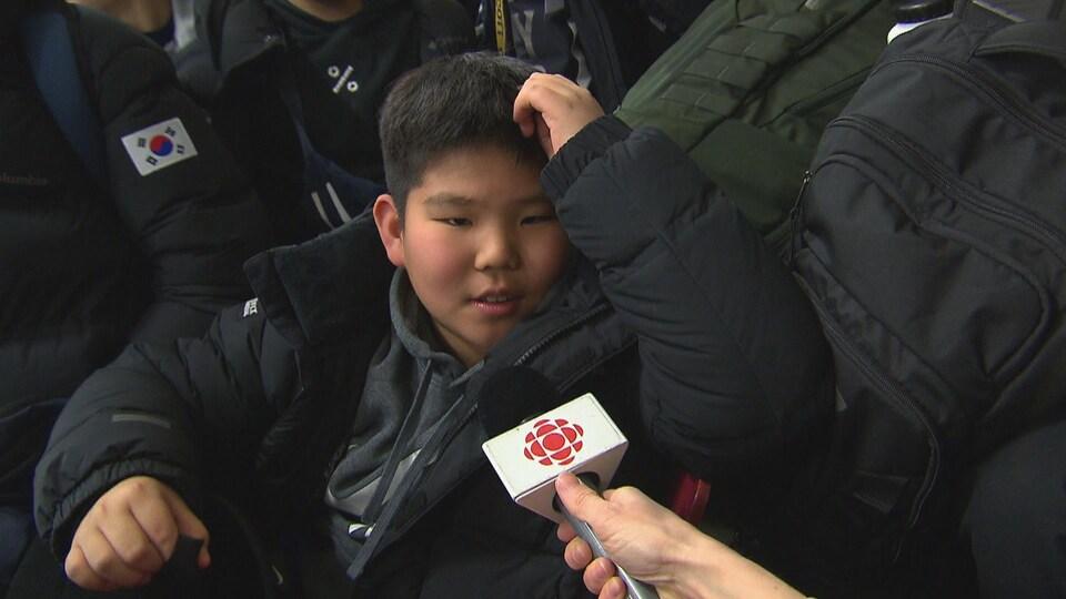 Un joueur de hockey de l'équipe de la Corée du Sud en entrevue à la télé.