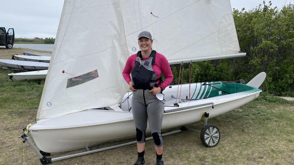 Kathleen debout devant son bateau.