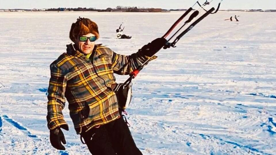 Frédéric Dupré dans un champ en train de faire du kite sur neige.