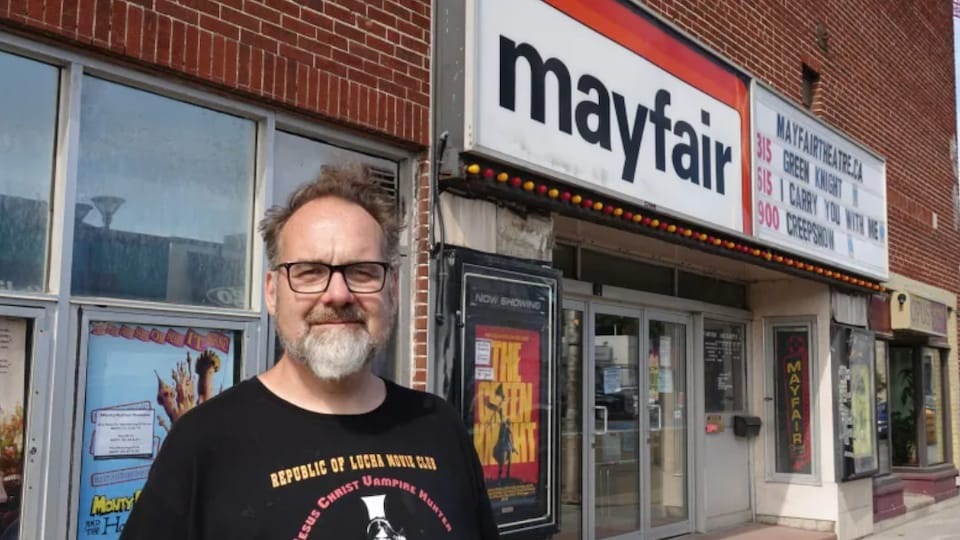 Lee Demarbre, devant le théâtre Mayfair