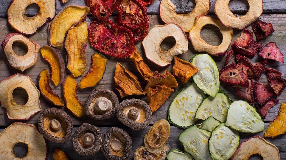 Des fruits et des légumes déshydratés sur une table.