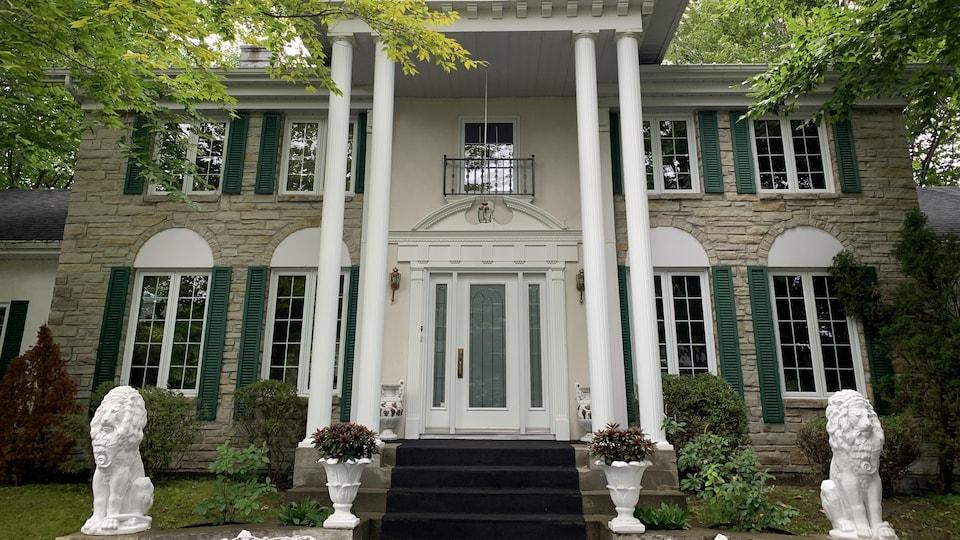 La ressemblance entre Graceland et Graceland 2 est à s'y méprendre : colonnes grecques, lions en ciment, pots à fleurs; tout a été mis en oeuvre pour reproduire fidèlement la résidence d'Elvis Presley.