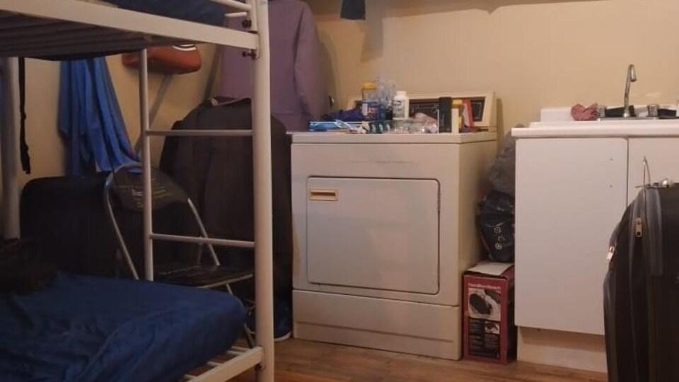 Une laveuse et un lit superposé